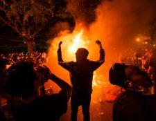 Manifestantes predieron fuego a objetos cerca de la Casa Blanca como protestas por la muerte de George Floyd. Fotografía  Prensa Libre: EFE