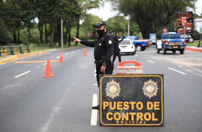 En el Bulevar Liberación la PNC efectúa operativos en este toque de queda. (Foto Prensa Libre: Hemeroteca PL).