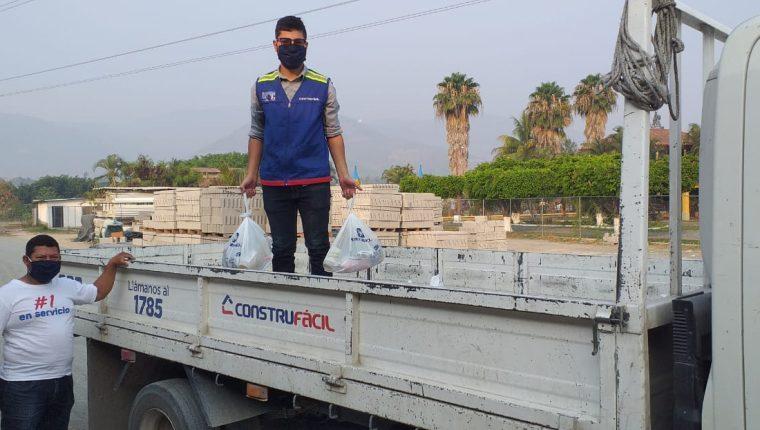 Construfácil ha convertido sus instalaciones en centros de acopio para recibir víveres para los más necesitados. Foto Prensa Libre: Cortesía