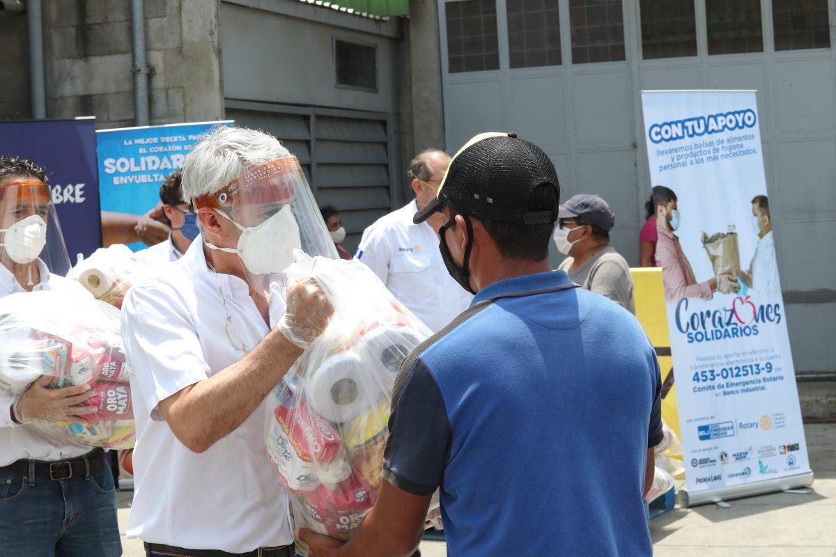 Corazones Solidarios realiza segunda entrega de víveres a personas de la economía informal