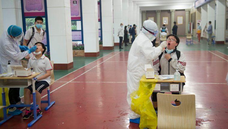 La prueba busca determinar si una persona puede regresar a sus labores sin riesgo de contagiarse de coronavirus. (Foto Prensa Libre: EFE)