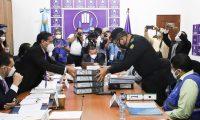 Ervin Mayén Véliz,, director de la PNC, entrega documentación a diputados de la bancada Todos en el Congreso. (Foto Prensa Libre: Dulce Rivera)