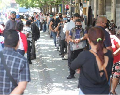 Cientos de guatemaltecos  han buscado respuestas  para obtener ayuda de parte del gobierno en subsidios o bonos. (Foto, Prensa Libre: Hemeroteca PL).