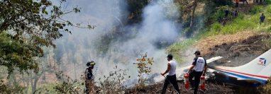 Socorristas trabajan en el lugar del accidente para extinguir las llamas. (Foto: Bomberos Voluntarios)