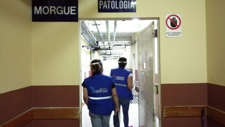 Delegados de la PDH verifican la morgue del hospital Roosevelt. (Foto Prensa Libre: PDH)