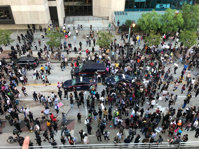 Videos: Manifestantes causan daños en sede de CNN durante protestas por muerte de George Floyd
