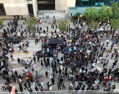 Manifestantes frente a la sede de CNN en Atlanta, EE. UU. (Foto Prensa Libre: @MundoActual18).