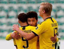 Achraf Hakimi celebra con sus compañeros después de anotar contra el Wolfsburgo. (Foto Prensa Libre: EFE)