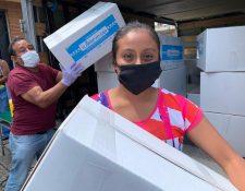 La unión de varias empresas permite que varias familias afectadas por la crisis sanitaria reciban alimentos. Foto Prensa Libre: Cortesía