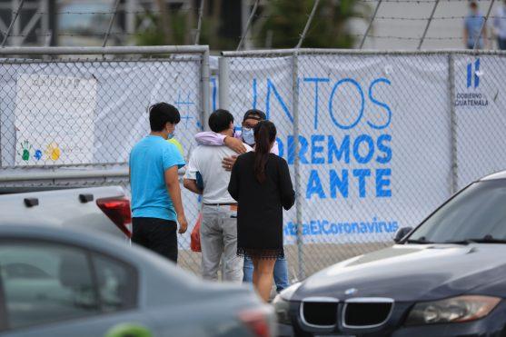 Una persona que se ha recuperado de la COVID - 19 es recibido por sus familiares después de estar confinado en el hospital temporal del Parque de la Industria. Foto Prensa Libre: Juan Diego González
