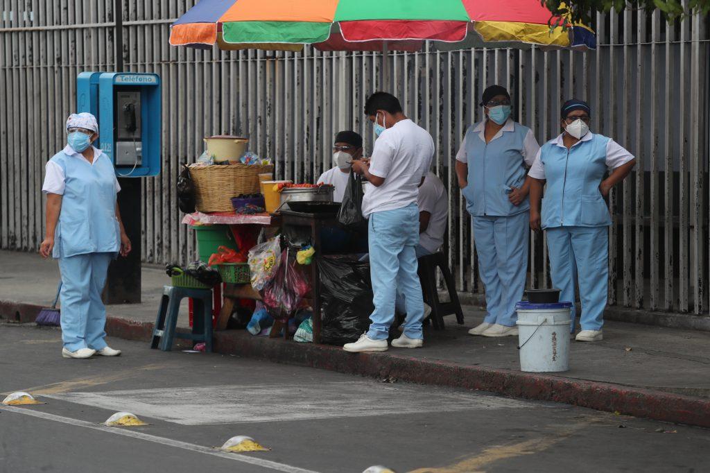 Personal de enfermería del hospital San Juan de Dios compran sus alimentos en ventas de los alrededores en un momento de descanso. Foto Prensa Libre: Érick Ávila