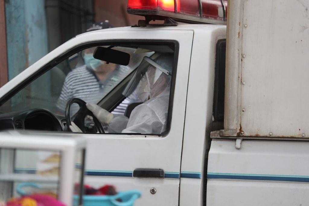 Las medidas de prevención también se pueden observar en quienes trasladan material para diferentes usos dentro de los hospitales. Foto Prensa Libre: Érick Avila