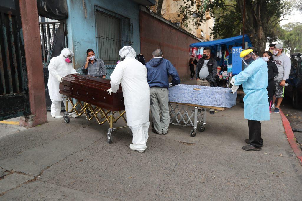 Las personas de las funerarias han solicitado que se pueda ingresar los vehículos a la morge para que los féretros no salgan frente a las personas que transitan sobre la avenida Elena, zona 1. Foto Prensa Libre: Érick Ávila