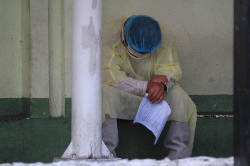 Un paciente espera los resultados de los exámanes realizados para descartar que haya contraído el Coronavirus. Foto Prensa Libre: Byron García