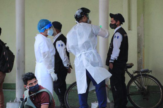 Personal médico del Instituto Guatemalteco de Seguridad Social brindan una charla a personas que llegan a buscar atención. Foto Prensa Libre: Byron García
