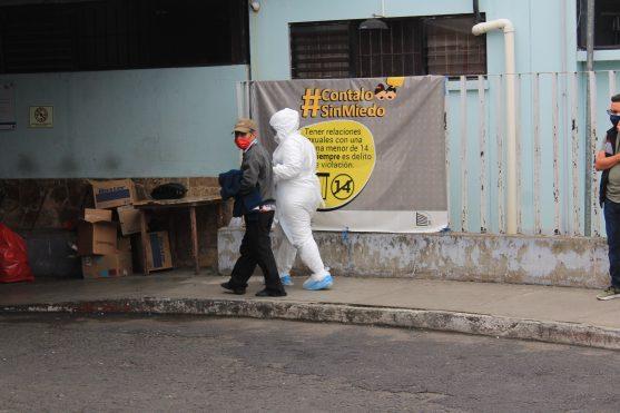 Una persona es acompañada por un enfermero en el ingreso al hospital San Juan de dios en la zona 1 de Guatemala. Foto Prensa Libre: Byron García