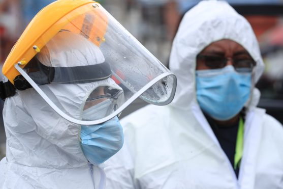 El gobierno ha solicitado a las personas que tienen contacto con enfermos de Coronavirus que utilicen una careta plástica. Foto Prensa Libre: Juan Diego González