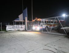 El autobús que transportaba a los pacientes se retira  del hospital temporal. (Foto Prensa Libre: María Longo)