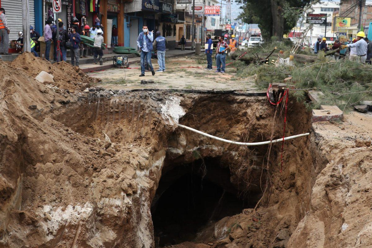 Hundimiento en zona 3 de Xela crea alarma debido a la antigüedad de la red de drenajes