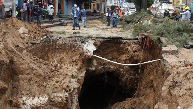 La 14 avenida y cuarta calle de la zona 3 quedó cerrada por los trabajos. (Foto Prensa Libre: Raúl Juárez)