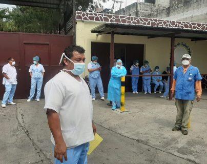 Personal del Hospital San Vicente, en La Verbena, zona 7 capitalina, temía el traslado de pacientes con covid-19.  (Foto, Prensa Libre: Andrea Domínguez).