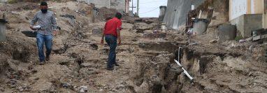 Este es el panorama que dejó la lluvia en la 0 avenida de la zona 7 donde se agrietó el camino por el deslave de materiales. (Foto Prensa Libre: Raúl Juárez)