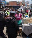 Trabajadores municipales realizan operativos para el cierre de mercados. (Foto Prensa Libre: Raúl Juárez)