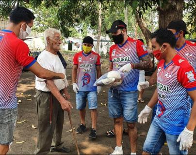 Los peces vela repartieron artículos de primera necesidad a las personas de la comunidad. (Foto Prensa Libre: Faceboo Deportivo Iztapa)