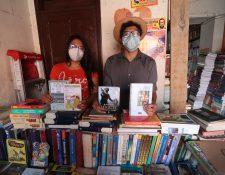 Los hermanos Maite y Kevin Argueta administran la Librería Noj, la cual ofrece una mesa con 400 libros gratis para la población que los necesite durante la cuarentena. (Foto Prensa Libre: María Longo)