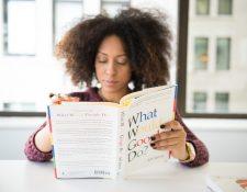 La lectura es un buen recurso al que los adultos pueden acudir para recibir consejos acerca de la maternidad y paternidad. (Foto Prensa Libre: Unsplash).