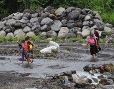 Varias comunidades cercanas al Volcán de Fuego, en Escuintla, quedan incomunicadas durante la temporada de lluvia. (Foto Prensa Libre: Carlos Paredes)