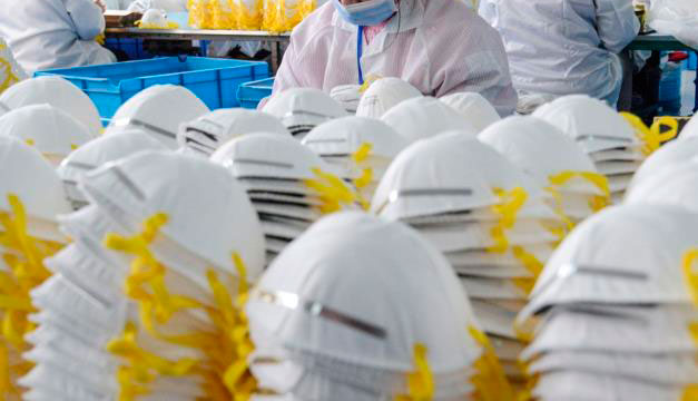 Médicos y expertos desacreditan rumores sobre uso de mascarilla. (Foto: AFP)