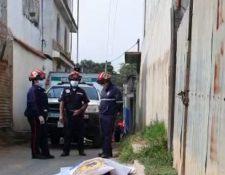 Bomberos resguardan el lugar donde murió baleado un hombre en Santiago Sacatepéquez. (Foto Prensa Libre:  Bomberos Municipales Departamentales).