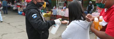 Al ingresar los usuarios deben utilizar alcohol en gel como parte de las nuevas medias en el mercado Minerva. (Foto Prensa Libre: María Longo)