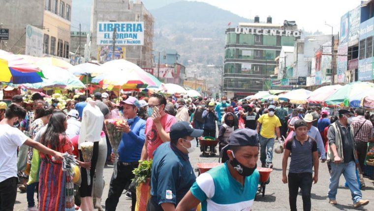 Las personas que visitaron el mercado La Democracia de la semana pasada al martes 19 de mayo deben mantener la calma, y recordar lo que adquirieron. (Foto Prensa Libre: Raúl Juárez)