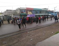 Los manifestante de San Francisco El Alto en Totonicapán piden que los dejen pasar sus productos. (Foto, Prensa Libre: @jennerbarrios).