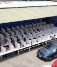 Empleados de una fábrica de textiles almuerzan en un área en que se instalaron separadores plásticos para evitar contacto y contagios de coronavirus. (Foto Prensa Libre: Cortesía)