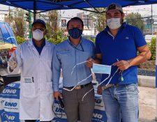 Gasolinera Uno entrega mascarillas a los clientes que se abastecen en sus estaciones de servicio. Foto Prensa Libre: Cortesía