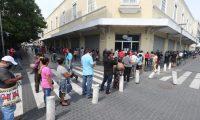 Cientos de guatemaltecos hacen cola en la empresa elŽctrica ubicada en la zona, desde muy temprano las personas si hicieron presente para logra hacer un convenio de pago ya que muchos han perdido sus trabajo por las disposiciones del gobierno para evitar el contagio del Coronavirus.   Foto. Erick Avila:                      04/05/2020