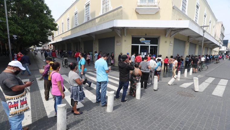 Cientos de guatemaltecos han buscado convenios de pago en las distribuidoras de energía, ante la imposibilidad de pagar por la crisis e ingresos familiares ante la emergencia por coronavirus. (Foto, Prensa Libre: Hemeroteca PL).