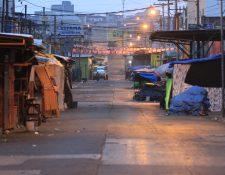 Durante el toque de queda, las calles de La Terminal se vacían pero algunos vendedores se empiezan a preparar para la venta del día siguiente. Fotografía Prensa Libre: Byron García