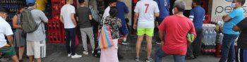 Cola de personas para hacer sus compras en el Barrio el Gallito zona 3, el presidente Alejandro Giammatei, decreto el cierre del pa's para evitar el contagio del Coronavirus   Fotograf'a. Erick Avila:             15052020