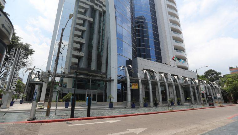 El edificio Dubai Center, zona 10 capitalina, donde se ubican oficinas y una agencia de la SAT. (Foto, Prensa Libre: Érick Ávila).