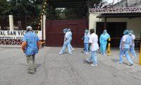 Personal del Hospital San Vicente ubicado en la zona 7, dan declaraciones sobre los traslados que quieren hacer de personas enfermas de CORONAVIRUS.   Fotograf'a. Erick Avila:             16052020