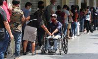 Guatemaltecos hacen fila para hacer convenios con la EEGSA. (Foto Prensa Libre: Érick Ávila)