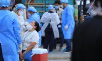 PRUEBAS CORONAVIRUS, LA TERMINAL. El Ministerio de Salud Pœblica llev— a cabo una jornada de pruebas de coronavirus en La Terminal, zona 4 de la capital. En total se realizaron 150 pruebas, para verificar si ya hay presencia de la enfermedad o no. En la imagen, momento de las pruebas para detectar coronavirus. A quienes, de manera voluntaria, decid'an realizarse la prueba, les hac'an un peque–o cuestionario de datos generales y estado de salud.  Juan Diego Gonz‡lez.  210520