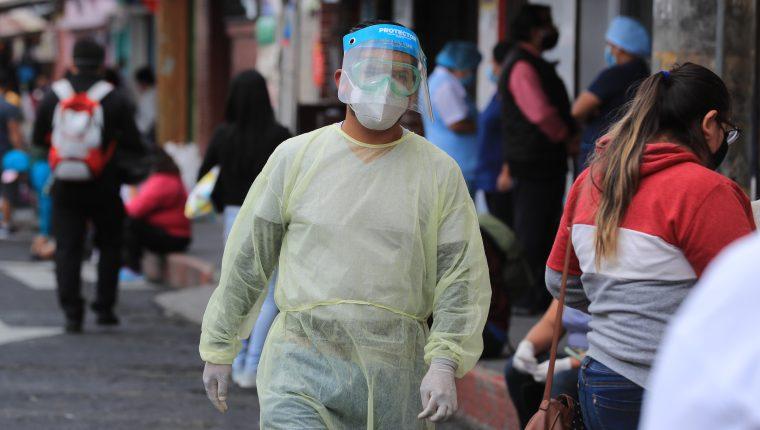 Personal médico que sale por un momento a los alrededores de hospitales lleva consigo un traje especial para evitar contacto con las personas. Al ingresar usan otro traje. Foto Prensa Libre: Juan Diego González