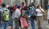 Buenas personas llegan al parque central a dejar comida a las personas necesitadas las que se han quedado sin empleo por lo del coronavirus.  Fotograf'a. Erick Avila.          30/04/2020
