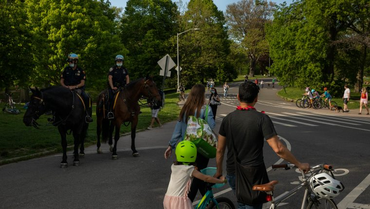 Una familia camina por el Prospect Park de Nueva York, el 16 de mayo de 2020. (Benjamin Norman/The New York Times)
