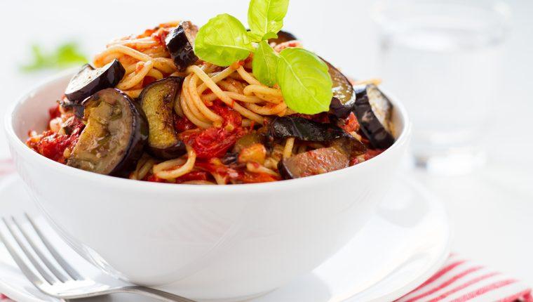 En lugar de espaguetis puede usar pasta corta o la de su preferencia. Foto Prensa Libre: ShutterStock